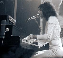 Freddie Mercury 1975_steinway