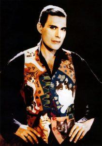 Freddie Mercury w jedwabnej kamizelce z kotami