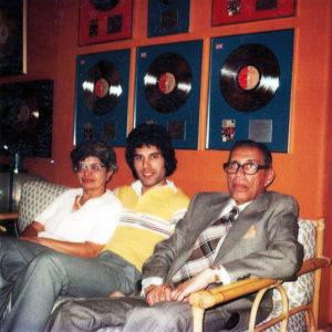 Freddie z rodzicami w jego mieszkaniu