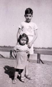 Freddie z siostrą z archiwum rodzinnego